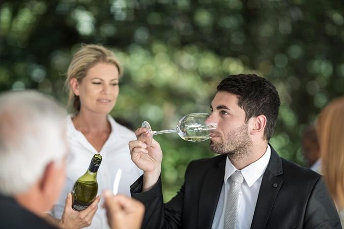 Probando el vino en el restaurante