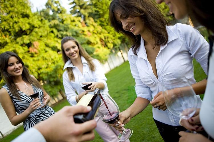amigas_bebiendo_vino_fiesta