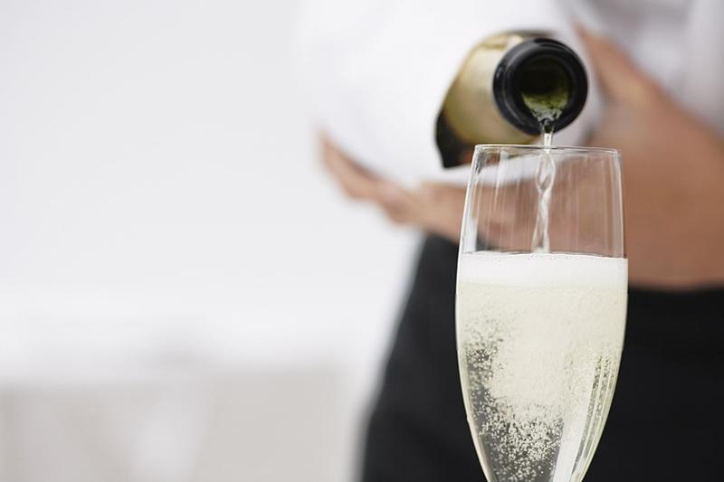 Sirviendo un vino espumoso, a saber: Cava, Champagne o Prosseco