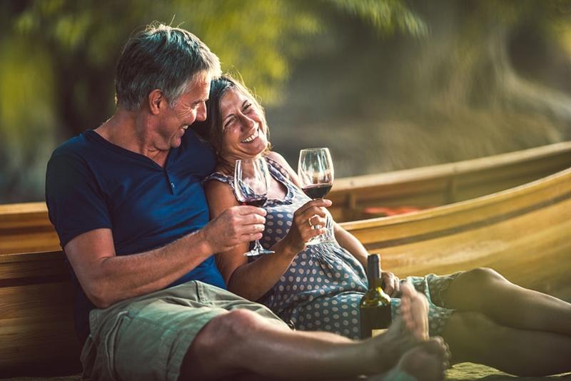Pareja feliz bebiendo vino