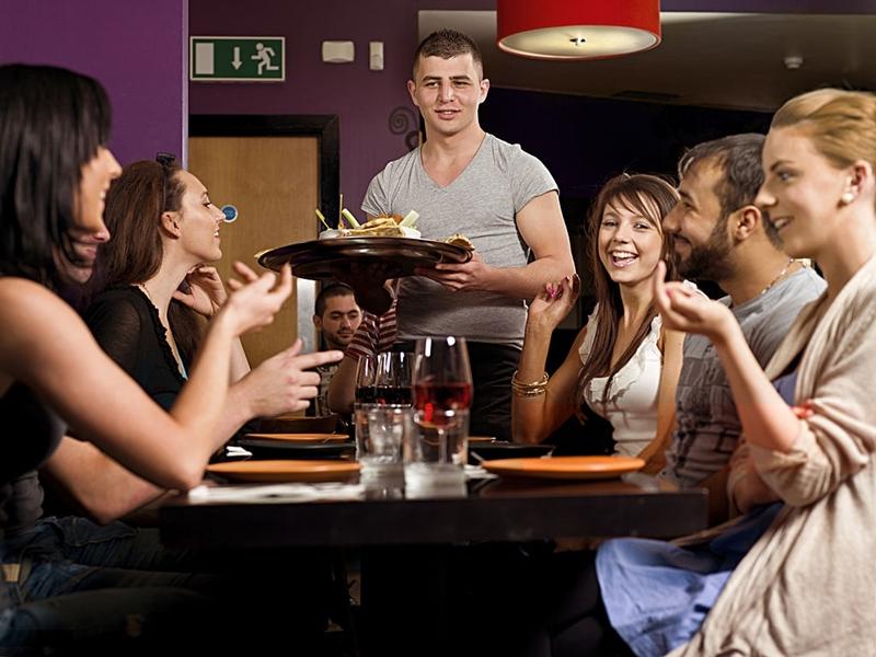 amigos_comida_cena_vino_restaurante