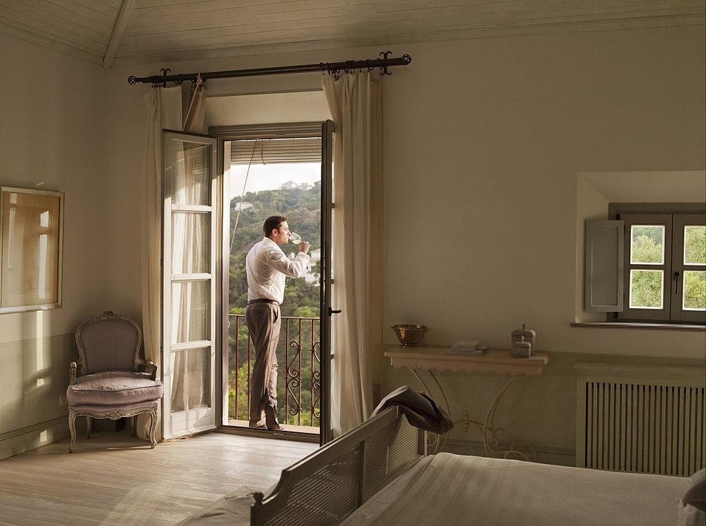 un hombre en la ventana