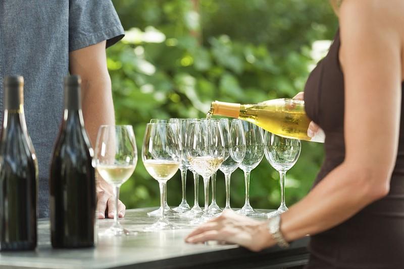 serviendo_vino-blanco