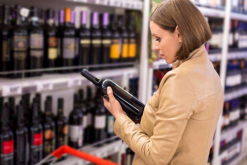 Chica compra vino tinto