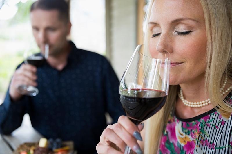 Chica catando aromas vinos