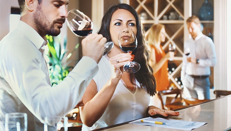 Practicando cata de vinos en grupo