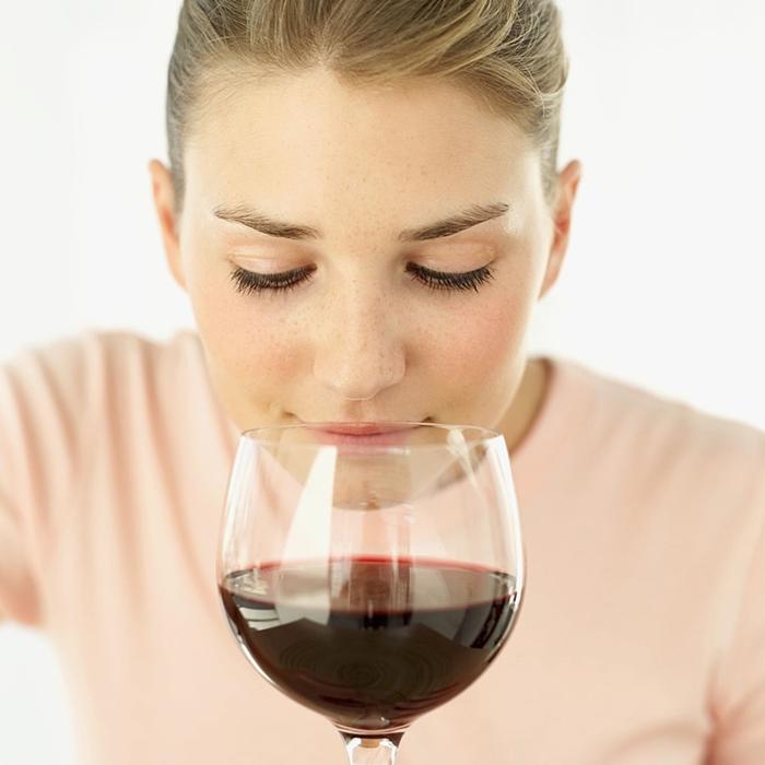 Chica huele vino