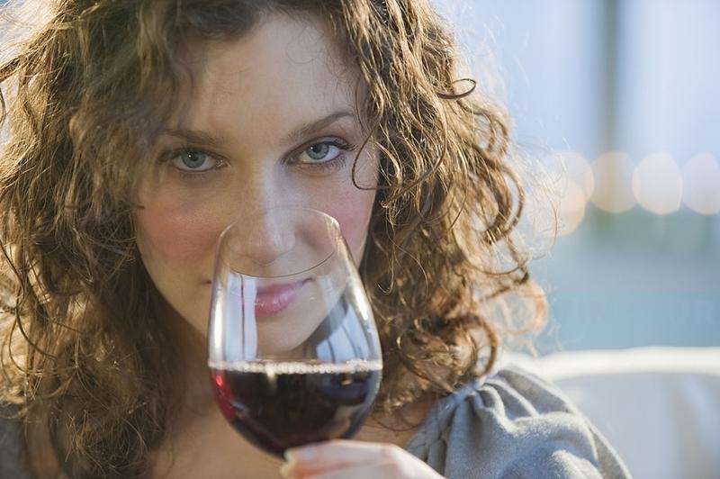 Chica bebe vino