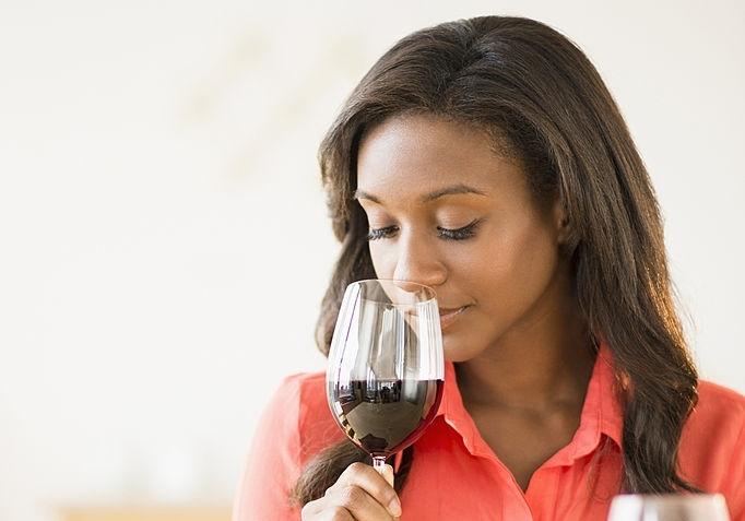 Chica catando vino