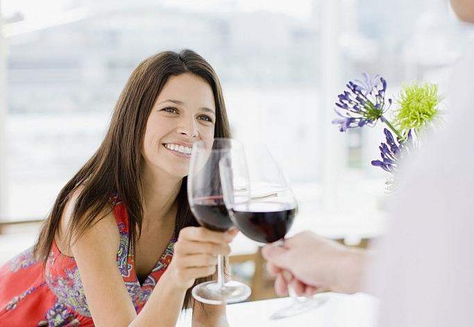 Chica toma vino