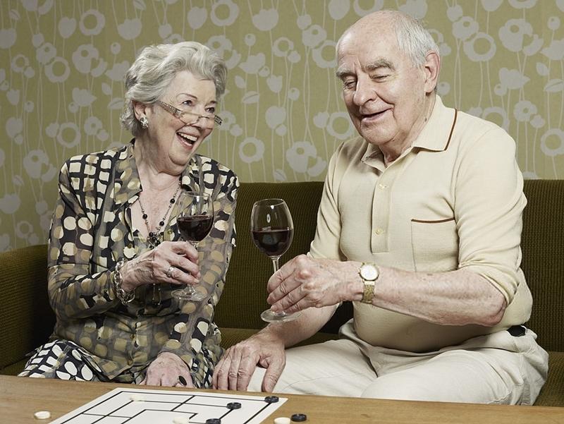 Pareja mayores bebiendo vino