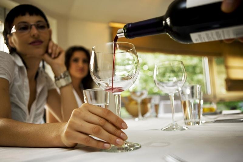 servi_vino_mesa