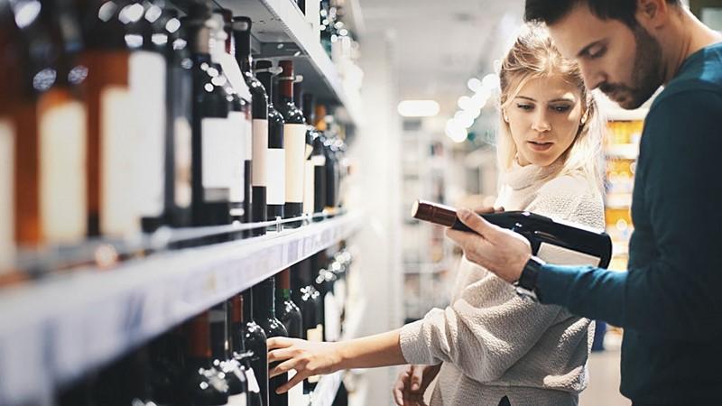 chico-chica-compran-vino