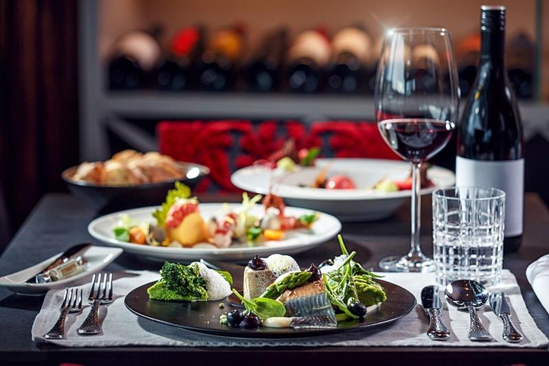 vino_tinto_pescado_restaurante