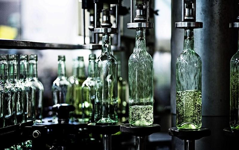 imagen de una línea de embotellado. Producción de vino
