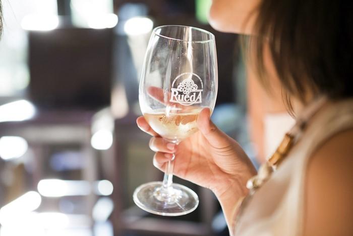 Imagen: Una copa de vino blanco D.O. Rueda