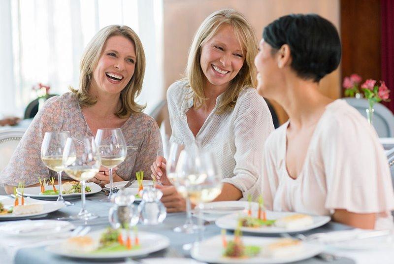 Una comida con amigas y buen vino
