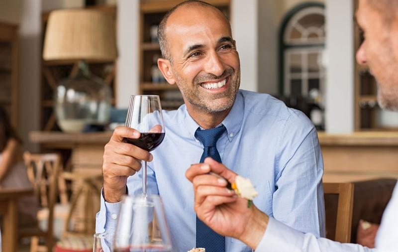 restaurante inflamado de próstata y vino tinto