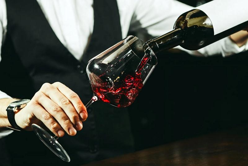 servir_vino_tinto